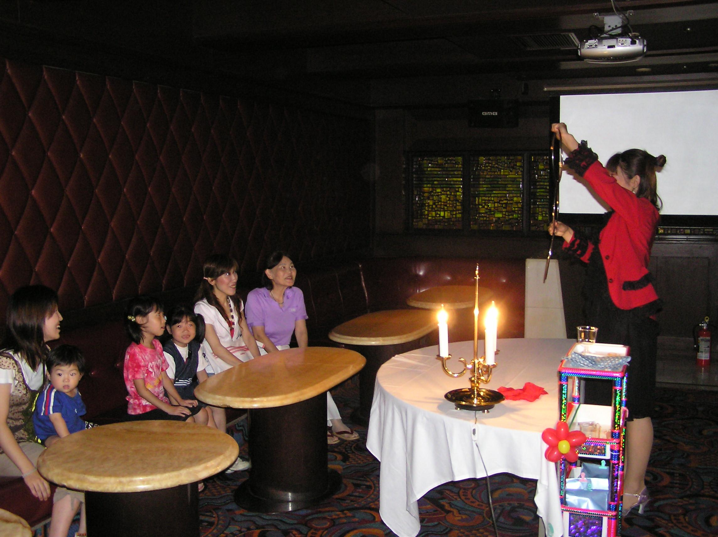 忘年会・創立記念式典・懇親会・イベントの余興・アトラクションに出張お笑い女性マジシャン派遣