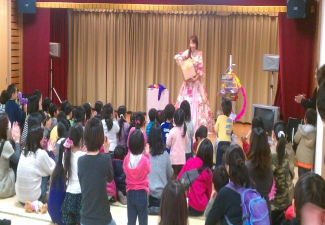 幼稚園・保育園の芸術観賞会に出張お笑い女性マジシャン派遣
